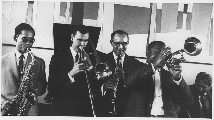 The-King-of-Thailand-joins-in-a-jam-session-with-Urbie-Green-Benny-Goodman-Jonah-Jones-and-Gene-Krupa-during-his-visit-to-the-US-1960-306-ps-397-62-2116.jpg